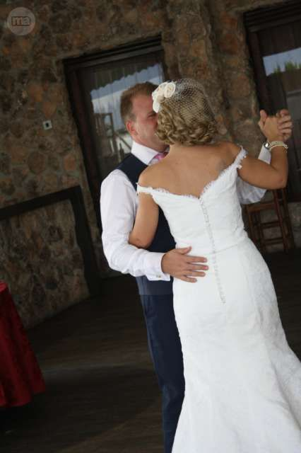 se vende vestido de novia muy original. talla 38 aunque se puede