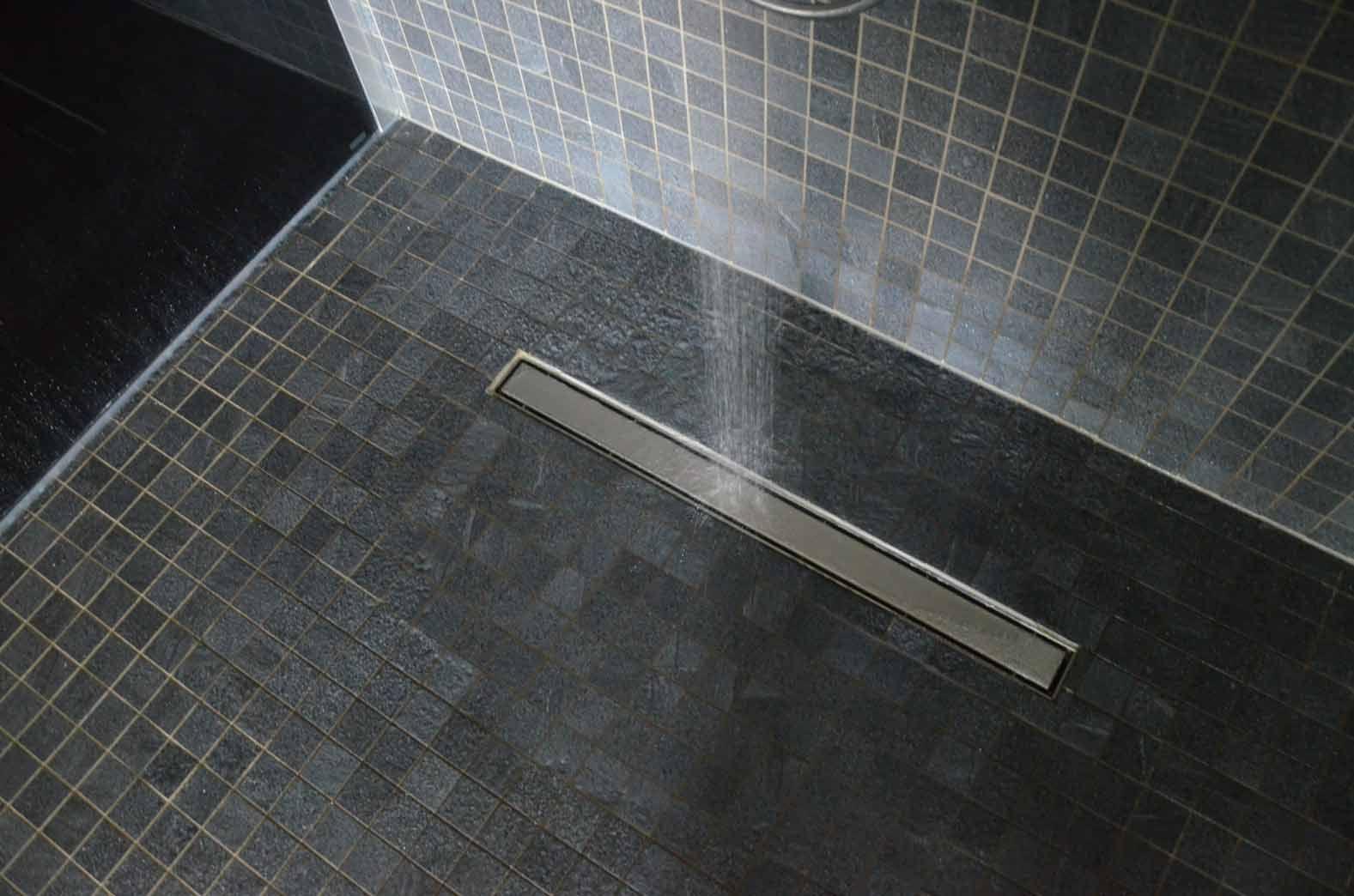 Befliester Duschbereich mit Rinne in den Duschen des