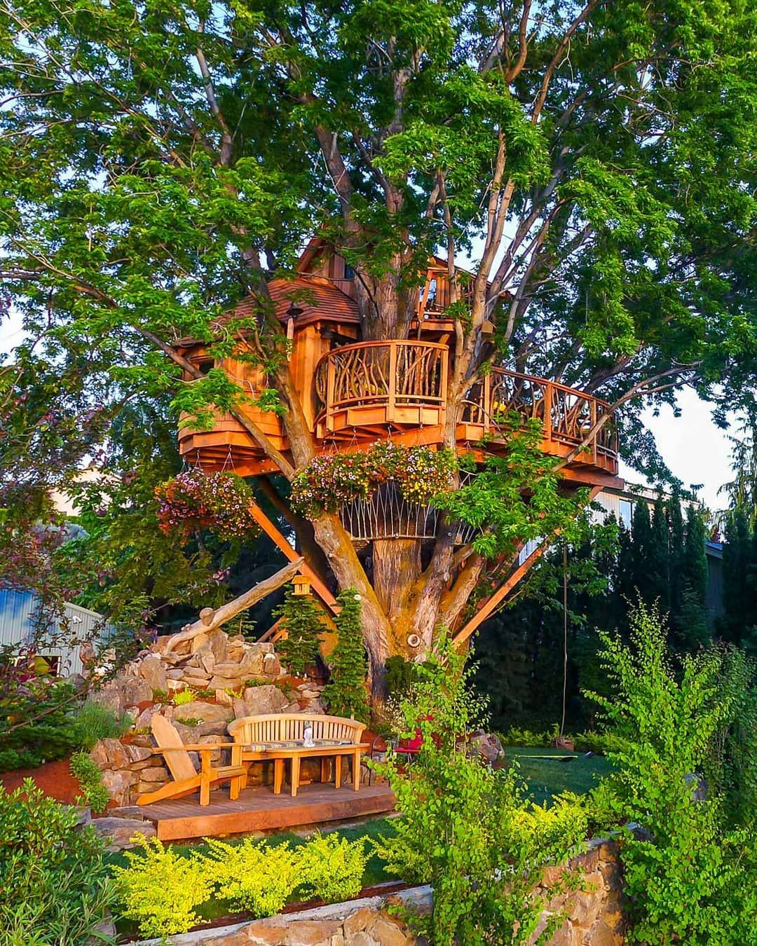 Happy Friday Treehouse Friends We Re Itching To Get Up Tothetrees This Weekend What Features Would Your Tree House Tree House Designs Beautiful Tree Houses