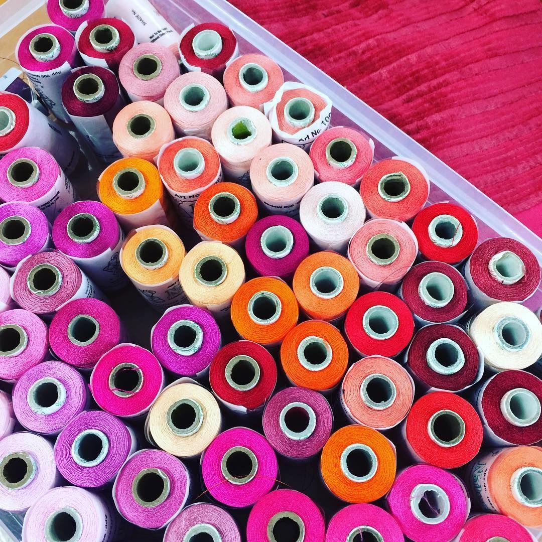 """Catherine Scotto (@decositter_catherinescotto) sur Instagram: """"Les gammes de roses du bureau de style des tissus  Lelièvre #pink #lelievre #fabric"""""""