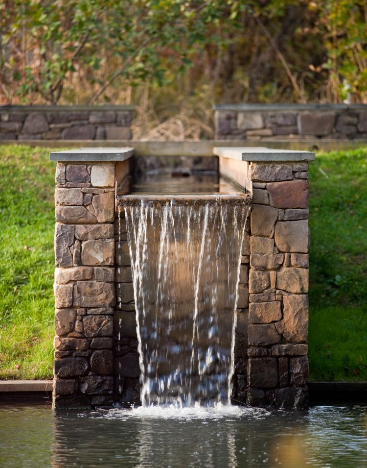 Vijver met watervalconstructie uit natuursteen in wildverband. Artiest: Nelson Byrd Woltz Bron: NBWLA #water #vijver #natuursteen #waterval #eenhoogte