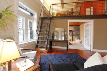 Mezzanin: Blick Auf Moderne Rekonstruierten Wohnzimmer Mit Mezzanine  Bereich Oberhalb Schlafzimmer. Ansicht Der Eisen Steile Treppe