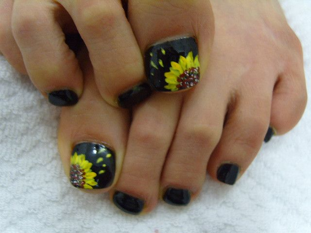 Sun Flowers Style On Black Toe Nails Art Design Flower Toe Nails Toe Nail Designs Pedicure Nail Art