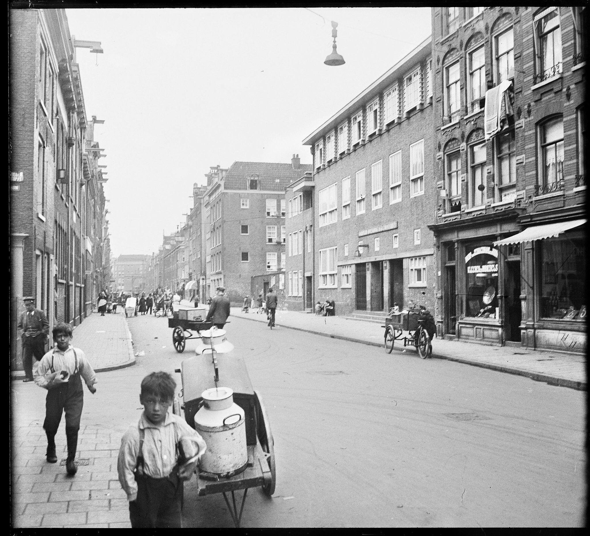 Willemsstraat nrs; 20-24 enz. gezien richting Lijnbaansgracht 1940 . Foto Nico Swaager