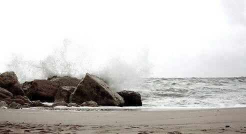 «Hai il mare dentro e non me lo fai esplorare?» «Se hai due remi, tempeste da affrontare e tanta pazienza per cui lottare, fai pure. Ma nel mare si può affogare...» «...oppure imparare a nuotare, arrivare al tuo cuore e incominciare ad amare.»  A. Filocomo