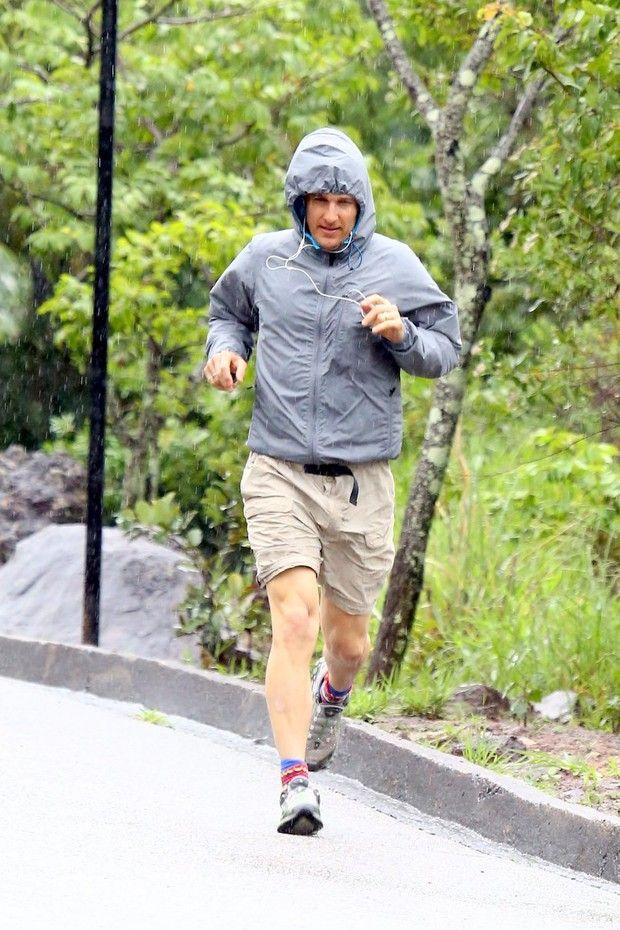 Matthew McCounaghey corre debaixo de chuva em Minas Gerais O ator está em Belo Horizonte com os filhos visitando a família da mulher, a modelo Camila Alves.