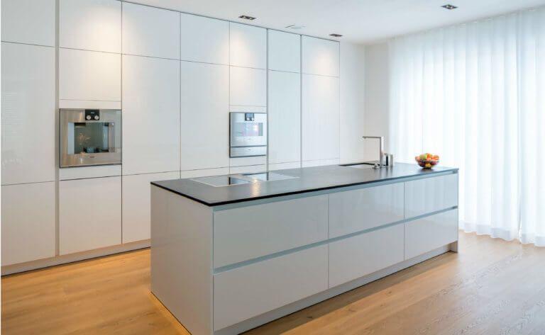 9 Kuchen Farbkonzepte Ideen Bilder Und Beispiele Fur Die Farbgestaltung Kuchenfinder Kuchenboden Gardinen Moderne Kuche Kuche Holzboden