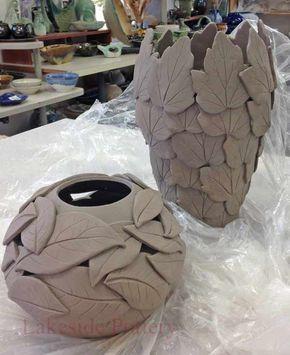 Mit Blätter verzierte Vasen