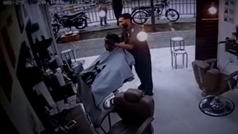 في صالون الحلاقة شاب يتلقى عدة رصاصات قاتلة في رأسه فيديو