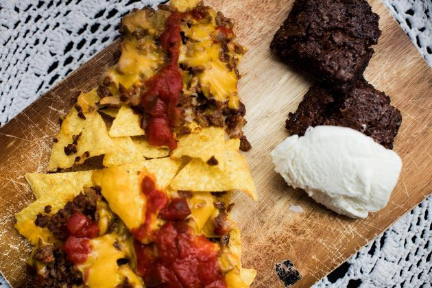 Vegaanista mättöruokaa, jonka kuka tahansa osaa tehdä: nachoplatter ja brownie kaurajäätelöllä.