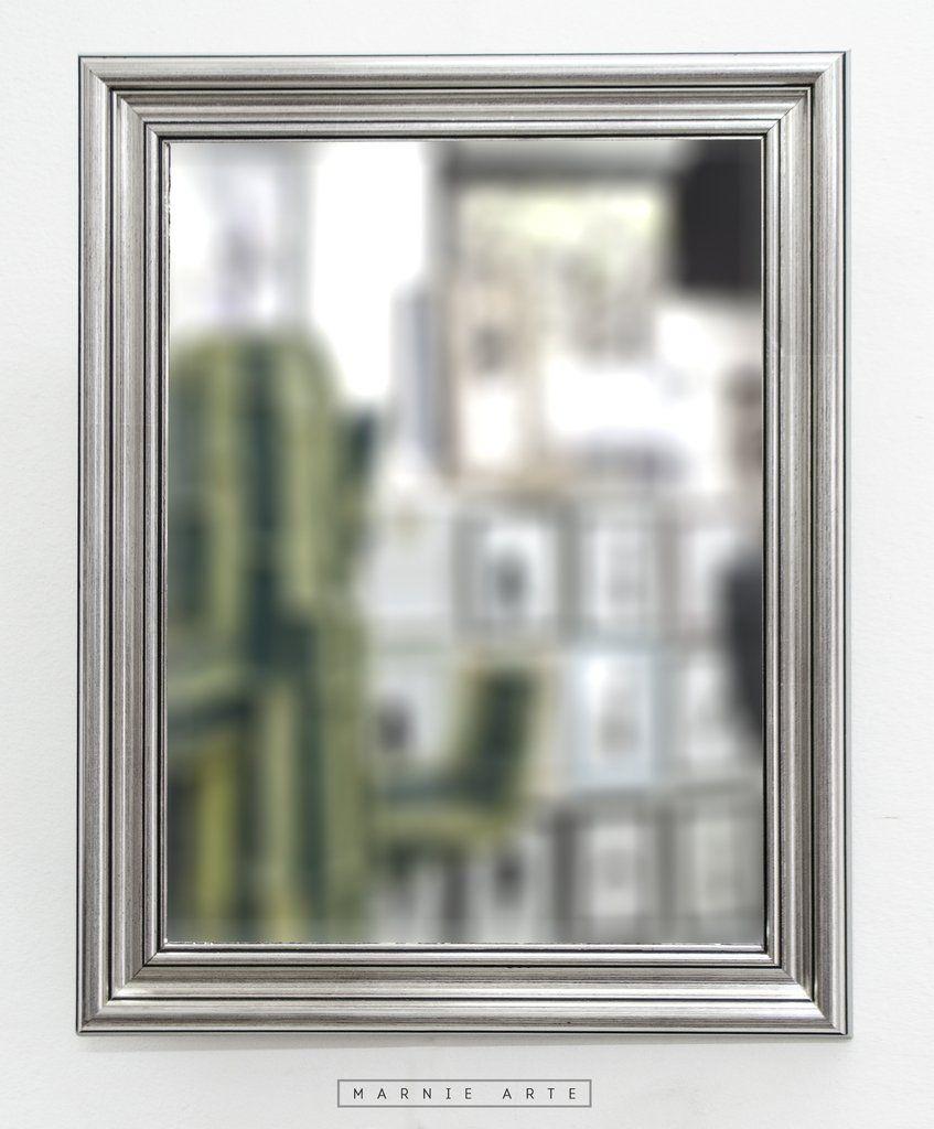 espejo con marco plateado