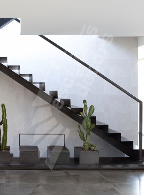 Escalier sur limon central en m tal dans un int rieur for Interieur contemporain