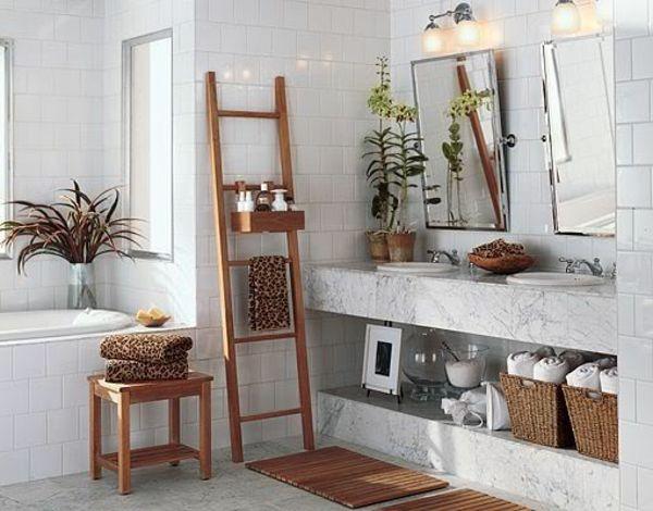 weißes Badezimmer mit einer Holztreppe und zwei Spiegeln - dekoideen badezimmer farbe braun und wei