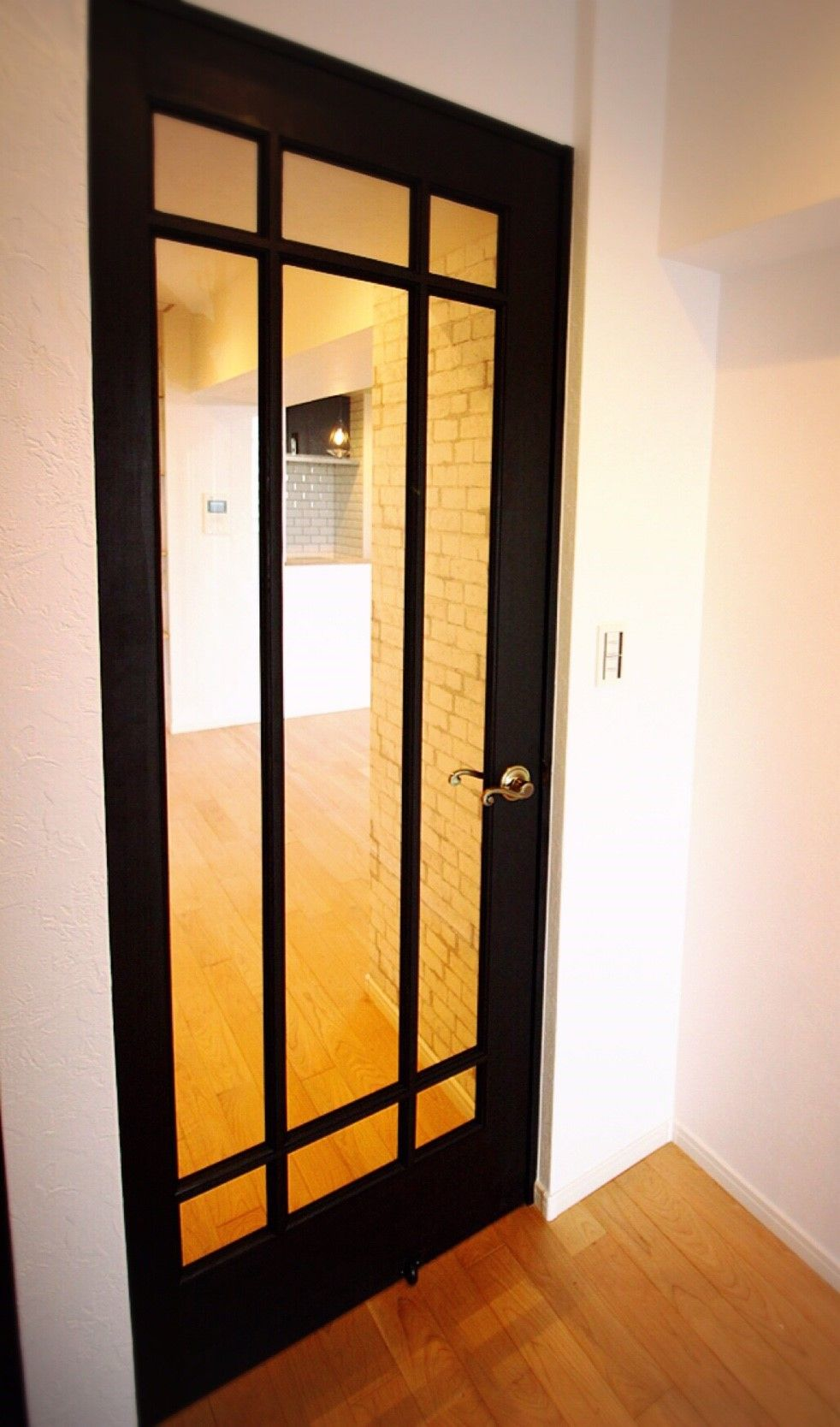 クラシックでガラス面の大きなデザインドアで光を取り入れる