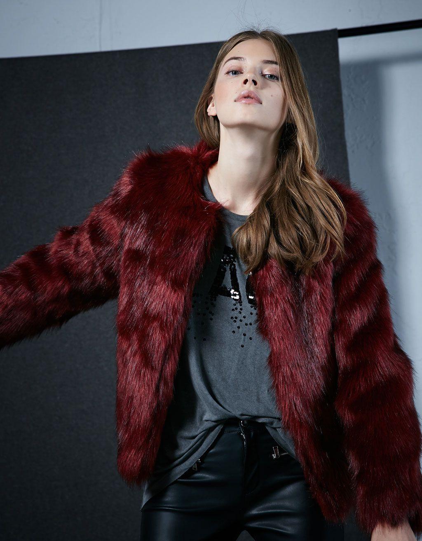 Abrigo pelo rojo. Descubre ésta y muchas otras prendas en Bershka con  nuevos productos cada semana 71d323bb9e570