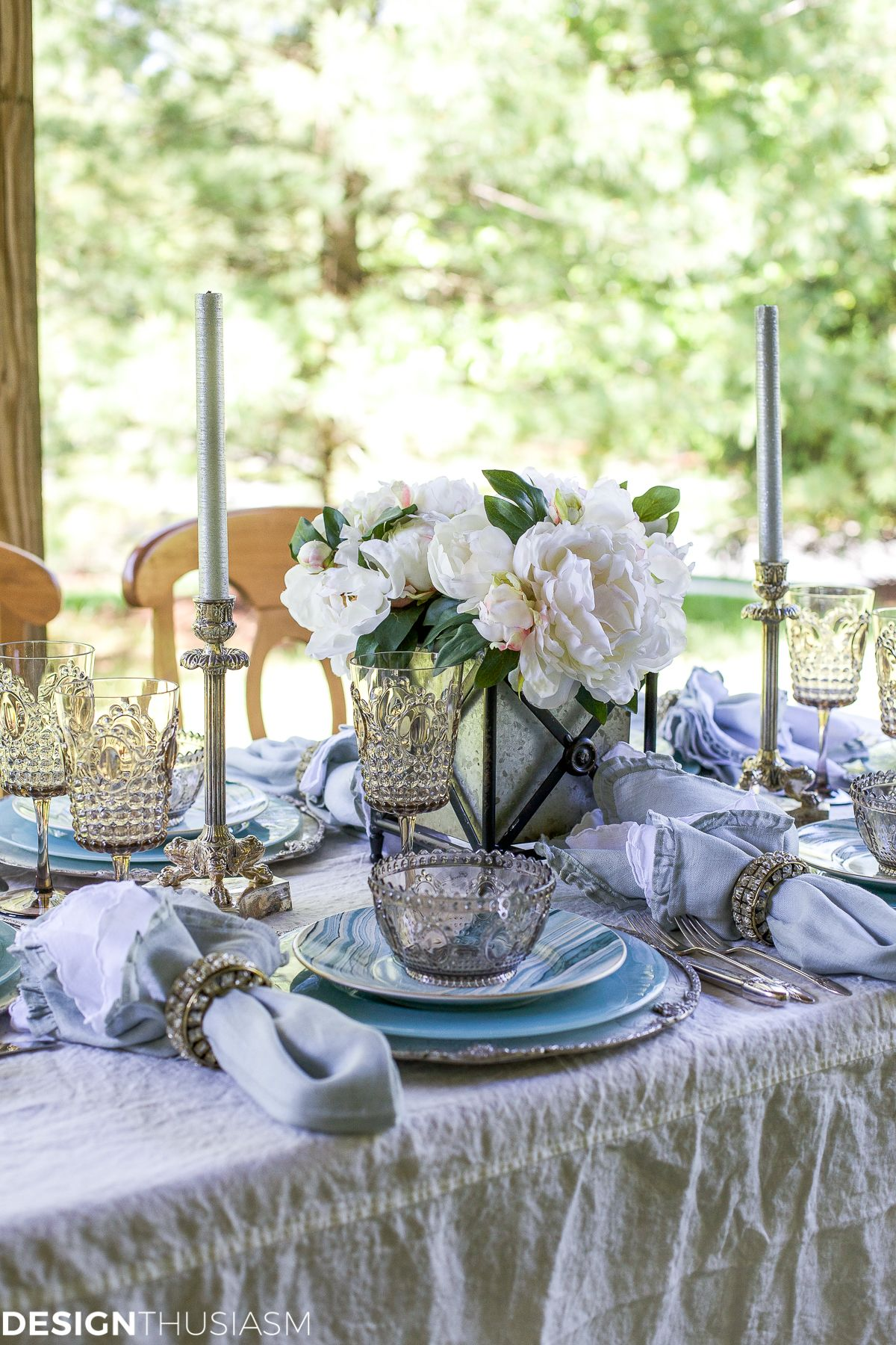 Setting an outdoor table with coastal dinnerware is a fun way to use seaside decor for a wonderful summer entertaining theme. & Seaside Decor: Setting a Summer Table with Coastal Dinnerware ...