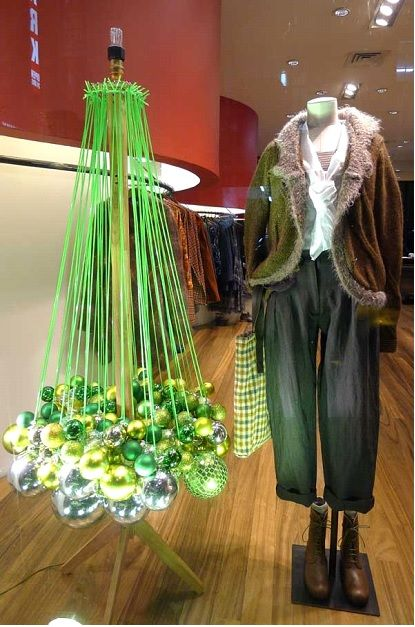 5 Tips For Creating Retail Holiday Windows Displays On A