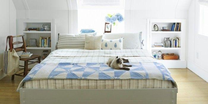 Deko Ideen Schlafzimmer Stoffmuster Blau Weiße Wände Fensterbank Blumen