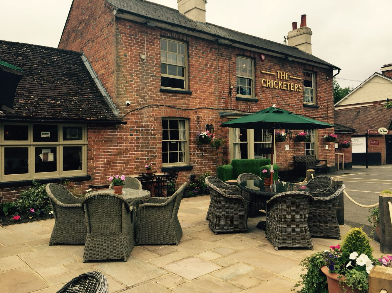 The Cricketers Horsell Surrey Gorgeous Country Pub With Kids Play Area Large Beer Garden Outside Dining And Circular Walk Pub Decor Beer Garden Patio