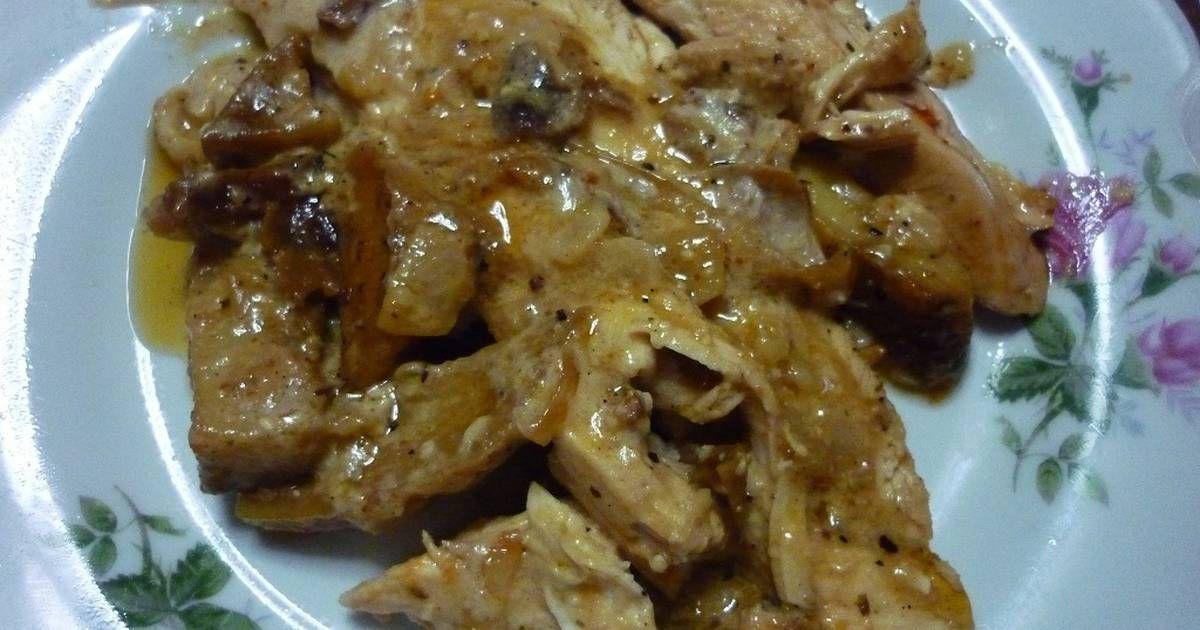 Fabulosa receta para Pollo al horno con papas y salsa de hongos . Me había sobrado pollo al horno con papas y decidí reciclarlo para darle otro gusto y le hice una salsa con hongos y queso  crema. Muy rico no quedo nada.