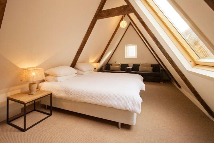 Dachboden Schlafzimmer ~ Schlafzimmer mit dachschräge spitzboden balken bett nachttisch