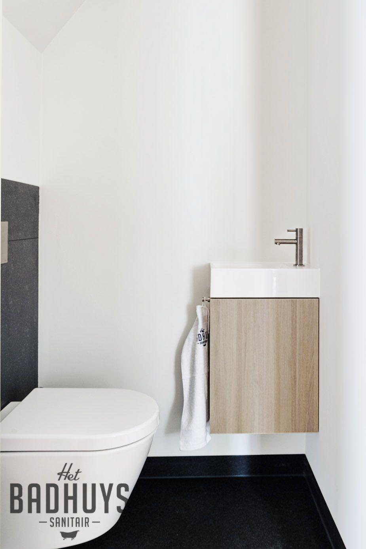 Moderne badkamer met grote tegels, maatwerk meubel en kranen in ...