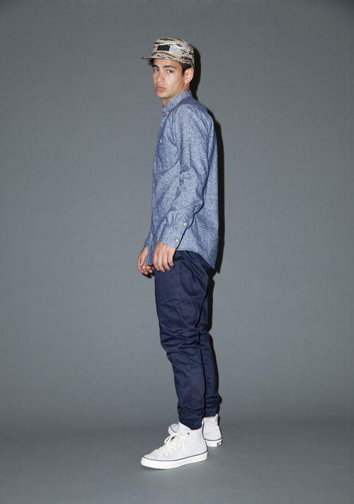 blaues chambray langarmhemd dunkelblaue chinohose wei e hohe sneakers mehrfarbige. Black Bedroom Furniture Sets. Home Design Ideas