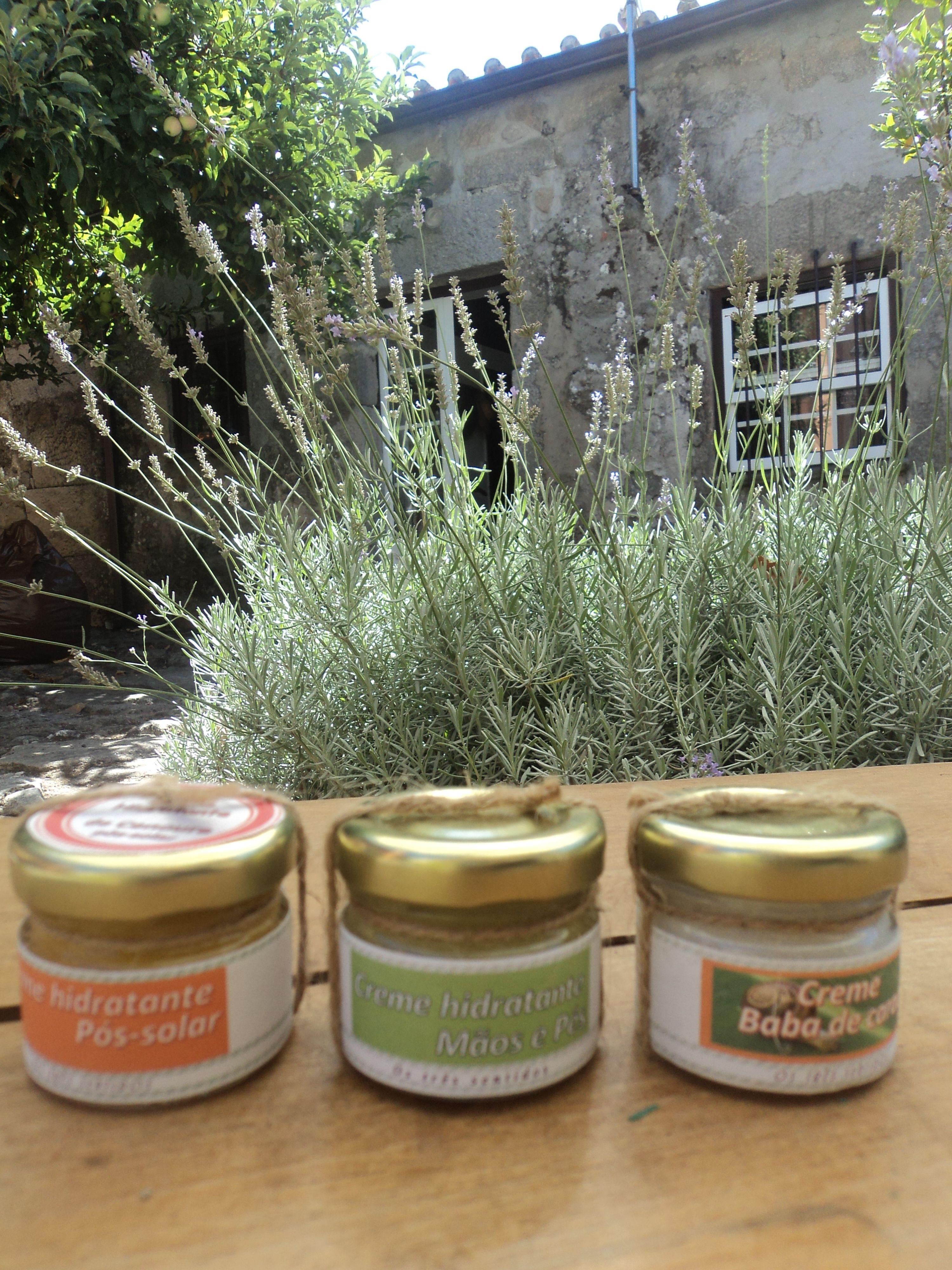 Os três cremes, baba de caracol, de mãos com base óleo de oliva e pós-solar com cenoura.