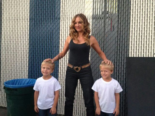 Evan Londo With Twin Brother Ryder They Play Abel Teller And Drea De Matteo On The Set Of Sons Of Anarchy Drea De Matteo Sons Of Anarchy Abel Teller