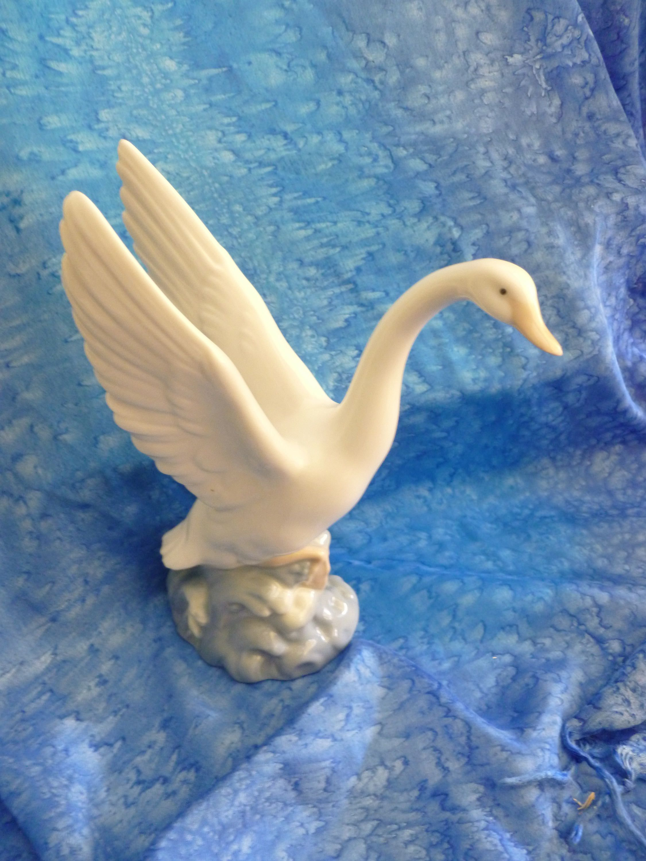 Nao by Lladro Swan vintage Porcelain Swan Ornament Hand