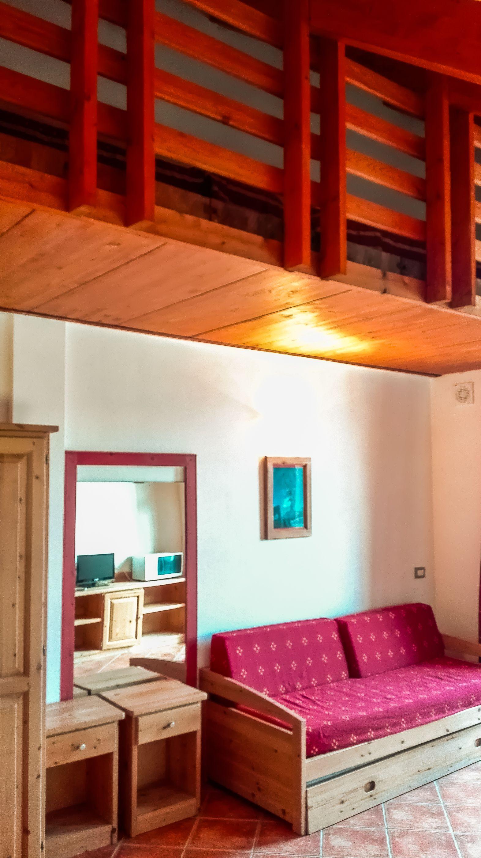 Dettaglio del Soppalco sopra il soggiorno. Scala