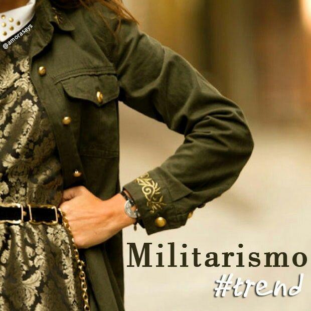Uma das tendências que está dominando os looks das fashionistas é o militarismo. Que tal saber um pouco mais de como surgiu e onde encontrar essa tendência? Acesse www.amorasays.com.br  - #tendenciamilitar #militarismo #moda #estilo #fashion #modamilitar #camuflagem #trend #musthave #style #amorasays