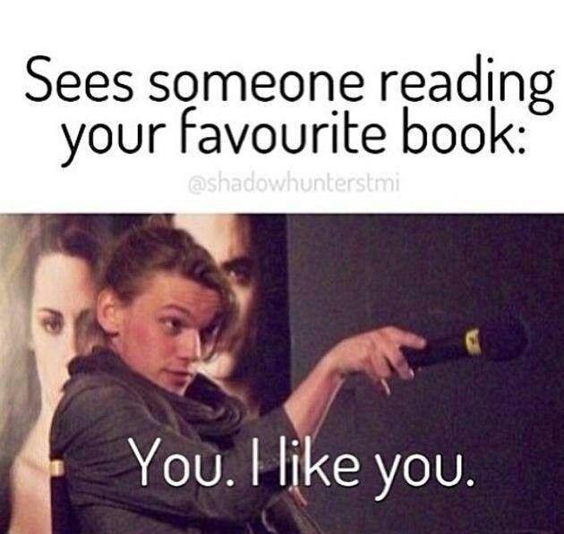"""Quando você vê alguém lendo seu livro favorito: """"Você.Eu gosto de você."""""""