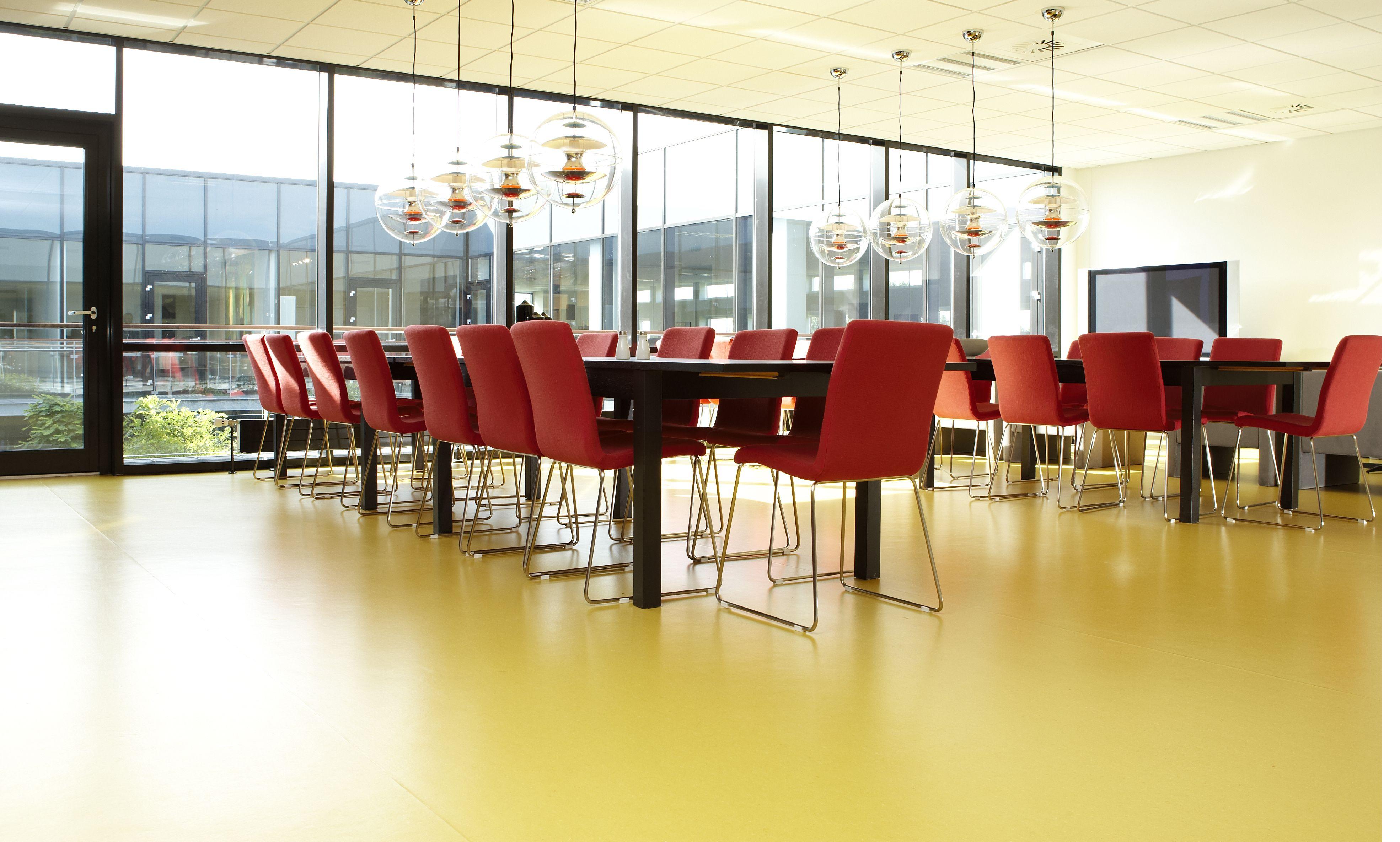 frandsen kontormilj desktop furniture linoleum forbo interior design - Linoleum Restaurant Interior