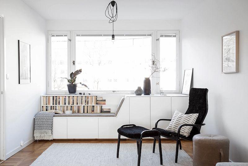 Mooie woonkamer met de perfecte leeshoek | Dark furniture, Colorful ...