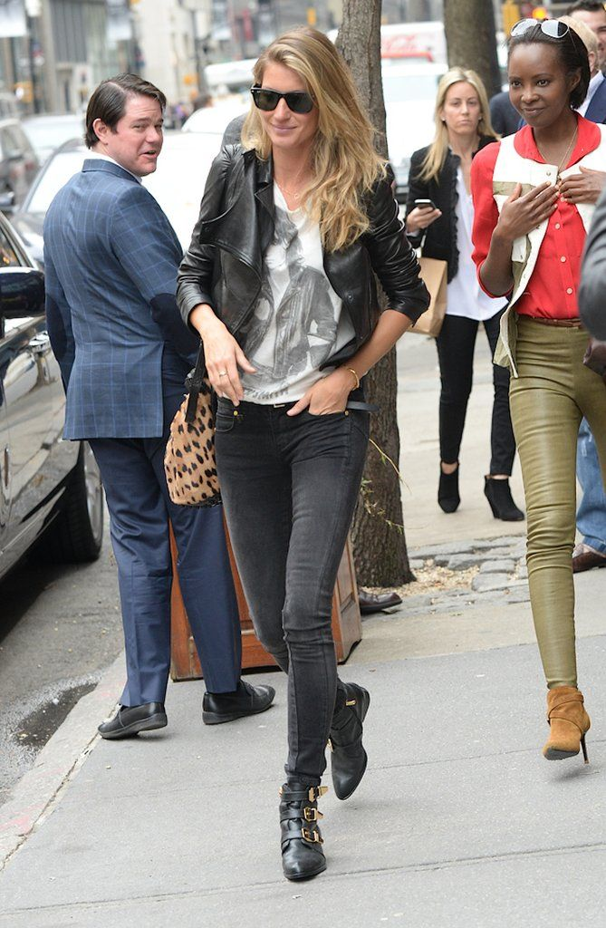 e4883be0421 Gisele Bundchen Wearing Jeans and a T-Shirt