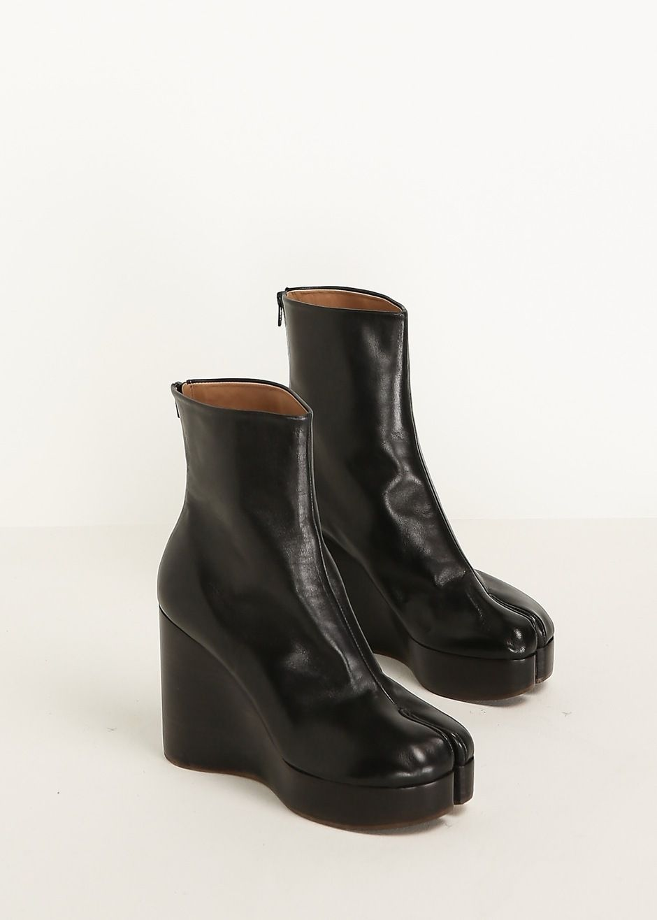 1e02cd3ee4d Maison Margiela. Split toe leather platform ankle boot in black inspired by  a traditional Japanese design. Made in Italy.