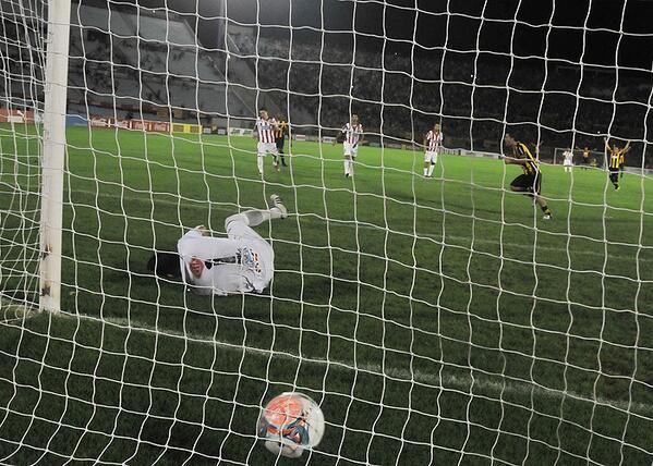 """Peñarol OFICIAL @Peñarol OFICIAL  Postales del partido entre Peñarol y River: El penal del """"Tony"""" se transforma en gol para darle el triunfo al manya."""