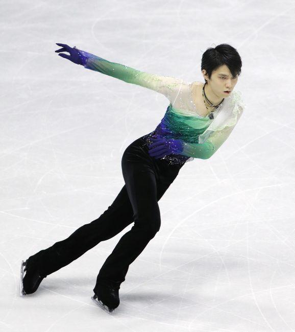 スケートカナダの男子フリーで演技する羽生結弦(ANA)。ショートプログラム(SP)の4位から巻き返し、2位に入った=カ…