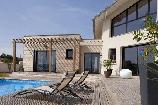 terrasse-bois-piscine-pergola Aménagements extérieurs Pinterest