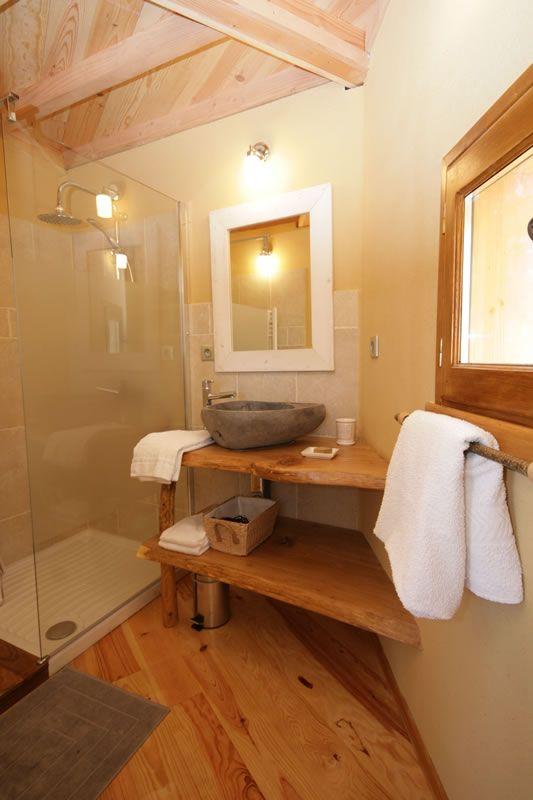 La salle de bains de la cabane perchée dans les arbres Monpazier ...