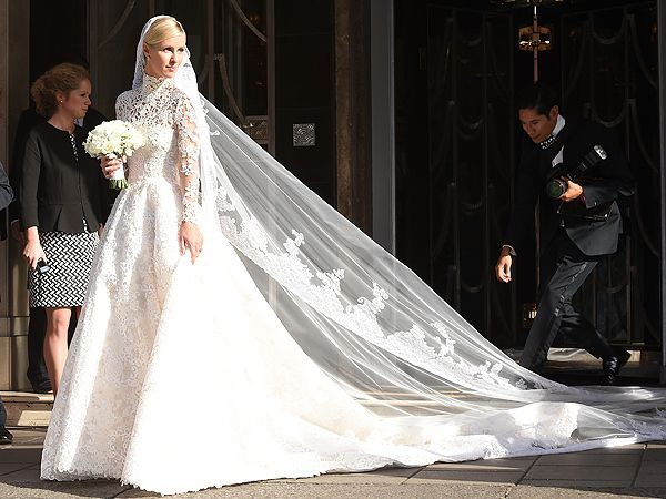 Nicky Hilton S Wedding Dress Has An Epic 10 Ft Train See The Sketch And Paris Hilton S Blue Bridesmaids Dress Most Expensive Wedding Dress Expensive Wedding Dress Valentino Wedding Gowns