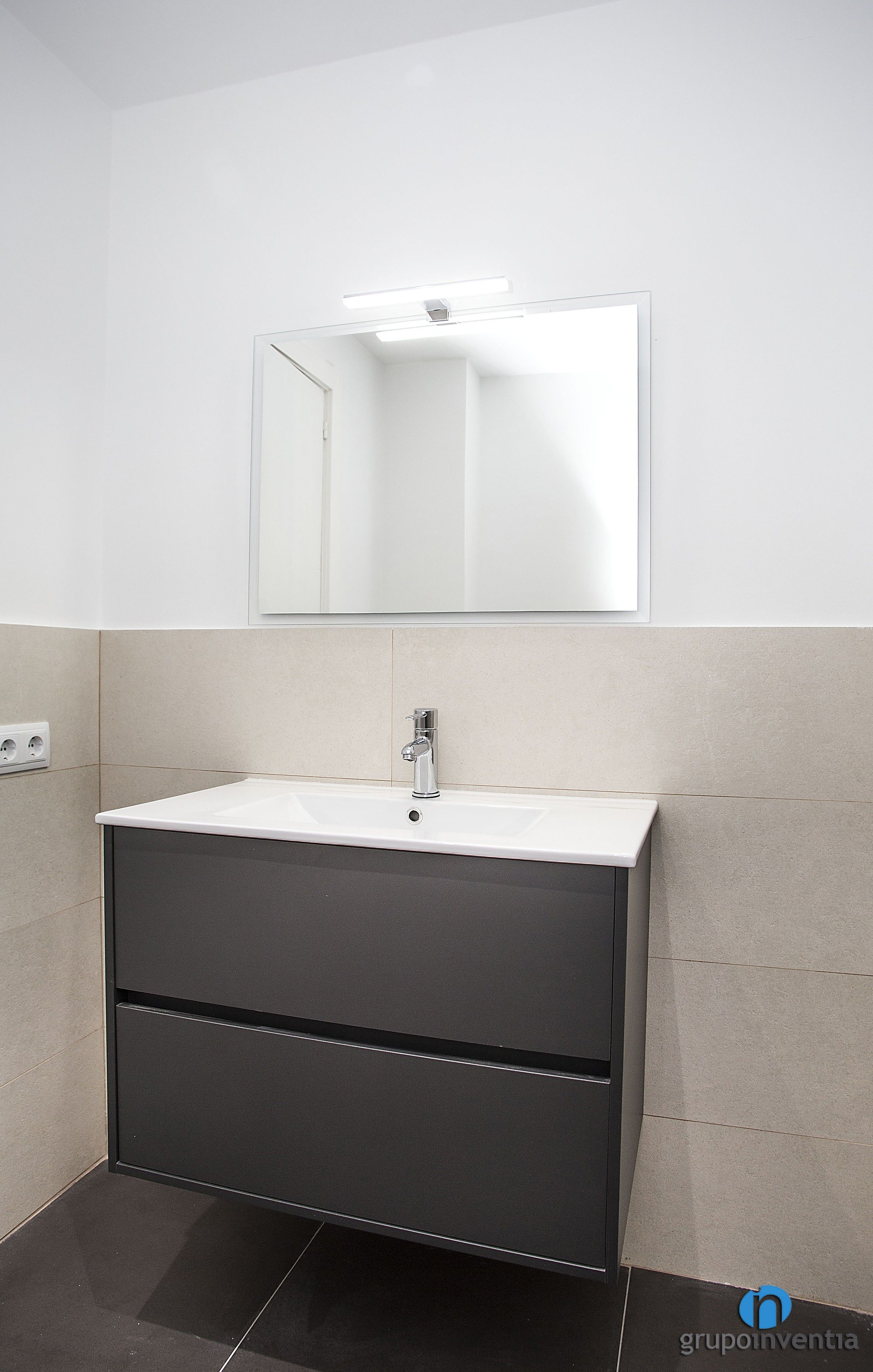 Las paredes del cuarto de baño están alicatadas a media ...