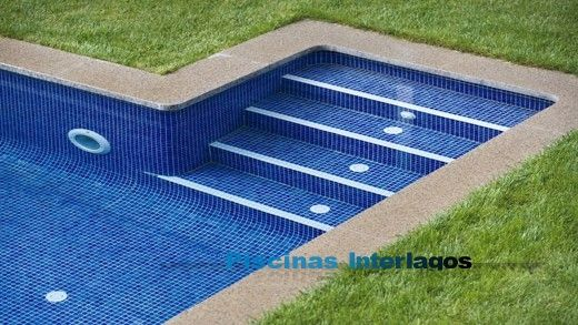 Escalera rectangular externa al vaso de la piscina for Escaleras de piscina