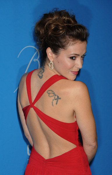 Alyssa Milano Has A Rosary Tattoo On Her Right Shoulder Blade And