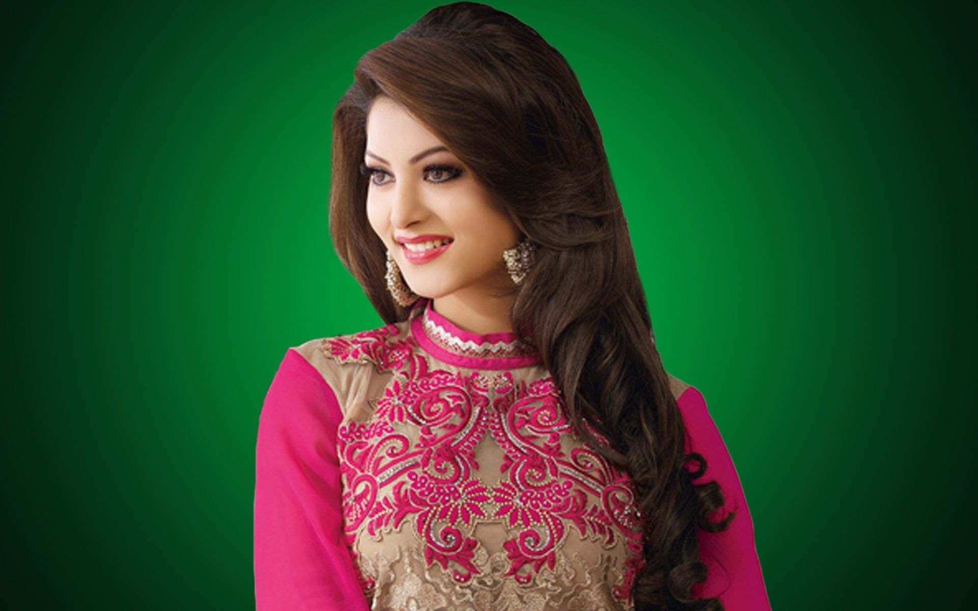 Hd wallpaper urvashi - Find This Pin And More On Urvashi Rautela Hd Images By Wowhdbackground