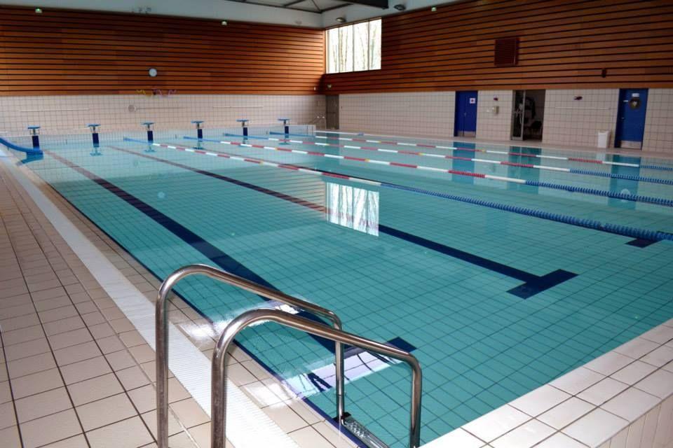 Le Centre Aquatique De Saint Cyr L Ecole Est Situe A Proximite Du