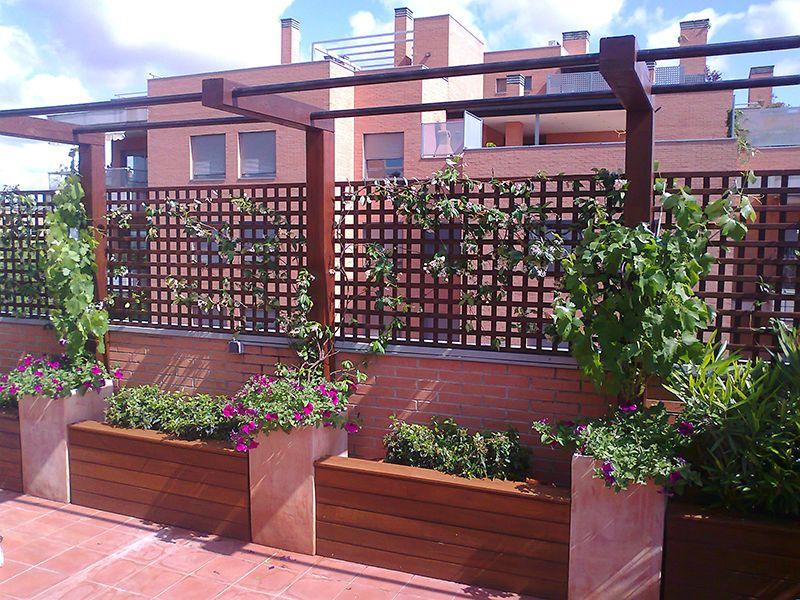 Crea un espacio diferente en tu terraza con celosias de madera cerramientos pinterest - Cierres de jardin ...
