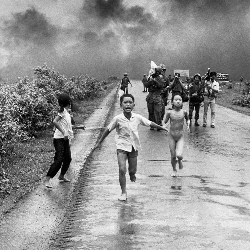 8 de junio de 1972, guerra de Vietnam: los niños huyen del pueblo de Tran Bang bombardeado con ...
