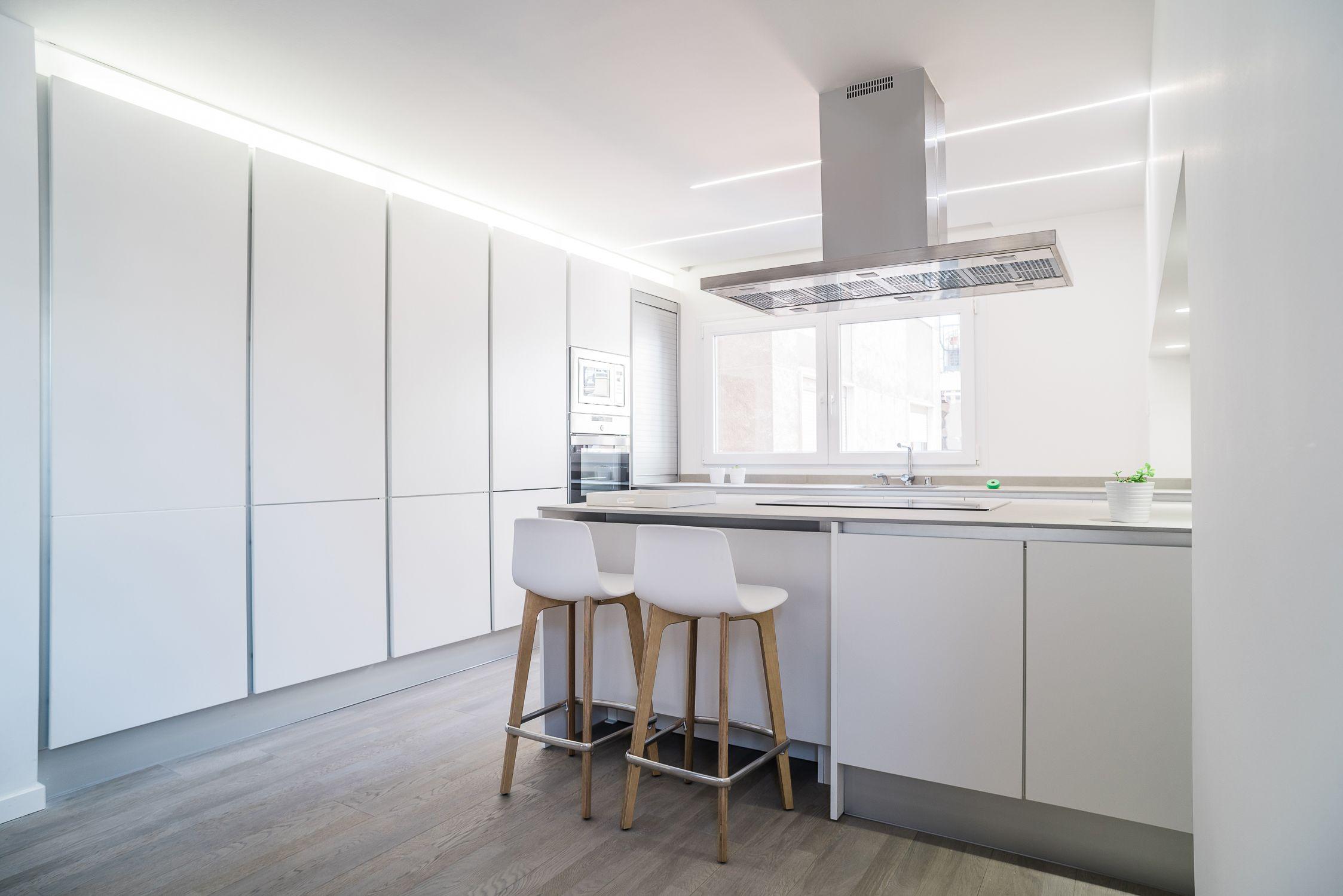 Cocina iluminaci n led integrada en la parte superior de - Iluminacion cocina led ...